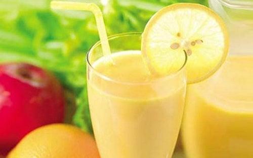 Erfrischendes Getränk mit Apfel, Zitrone und Grapefruit