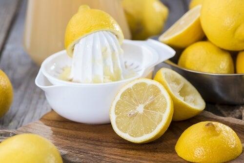 Zitrone und Gelatine für eine Gesichtsmaske