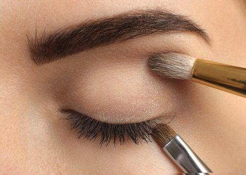 Augenbrauen-pflegen
