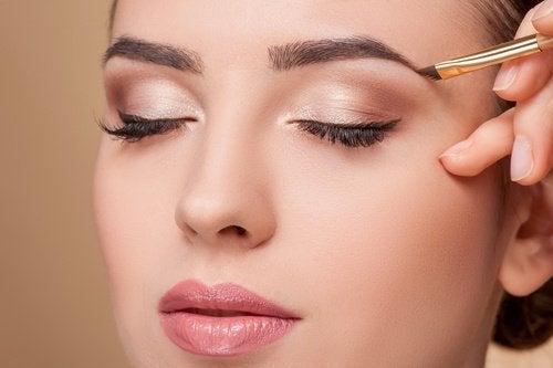 Augenbrauen-schminken