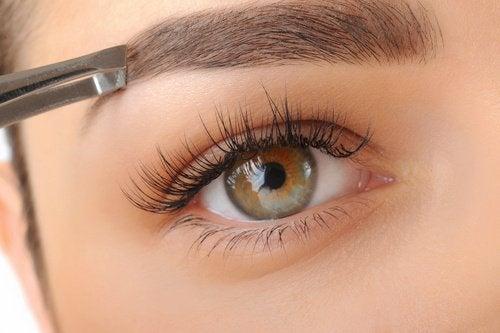 Augenbrauen-zupfen