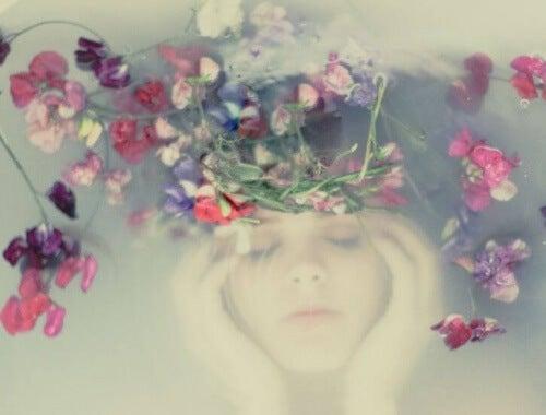 Frau im Wasser mit Blumen ist stark
