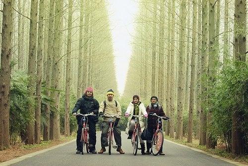 Familienmitglieder auf Fahrradtour