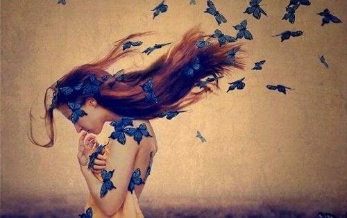 Frau mit blauen Schmetterlingen fühlt Reue