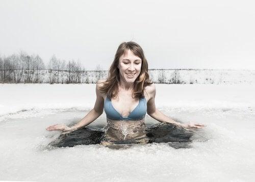 Frau nimmt Kaltwasserbad