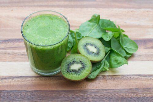 Mixgetränk mit Kiwi gegen Blutarmut