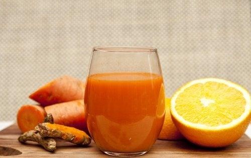 Entgiftendes Mixgetränk mit Orangen, Karotten und Ingwer