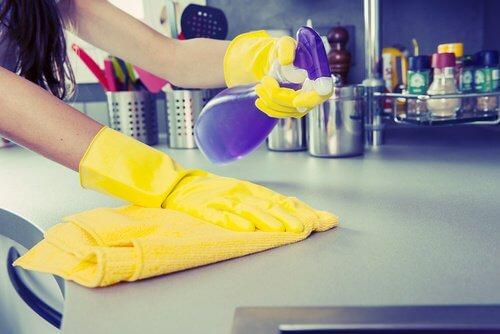 Reinigungsmittel mit Zitronenschale