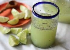 Wasser mit Zitrone und Chia