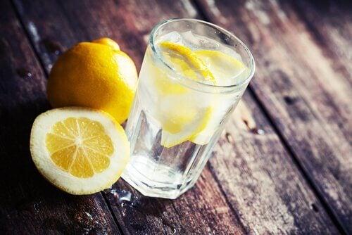 Zitronenwasser gegen Cellulite