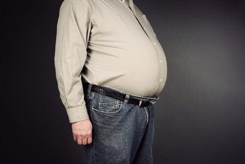 Mann mit Bauchfett