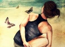 positive Frau am Strand