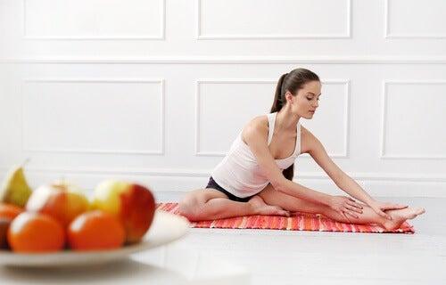 Frau macht Nierenreinigung und Sport