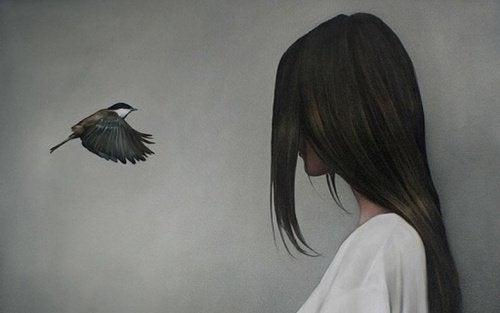 Frau und fliegender Vogel der Veränderungen bringt
