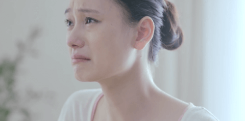 Frau weint weil sie keine Freiheit hat