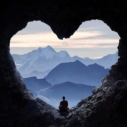 Mann in einer Herzhöhle beobachtet die Erde