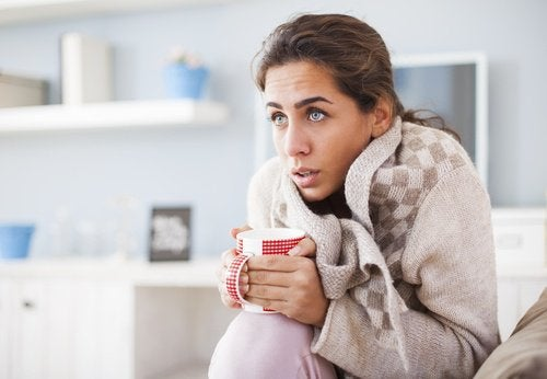 Frau mit Frostbeulen trinkt Tee