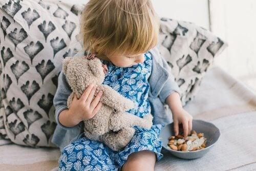 Kind isst Mandel