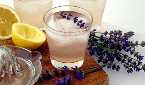 Lavendellimonade zur Entspannung und Linderung von Kopfschmerzen
