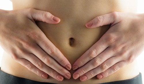 Frau hält ihren Bauch