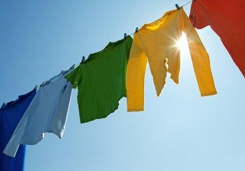 Wäsche an der Sonne um Schimmelgeruch zu vermeiden