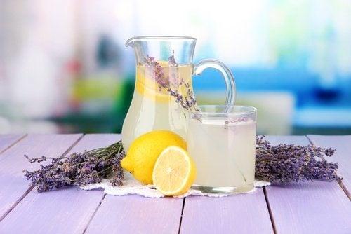 Zubereitung von Lavendellimonade