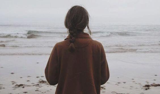 Frau denkt an Tod der Eltern