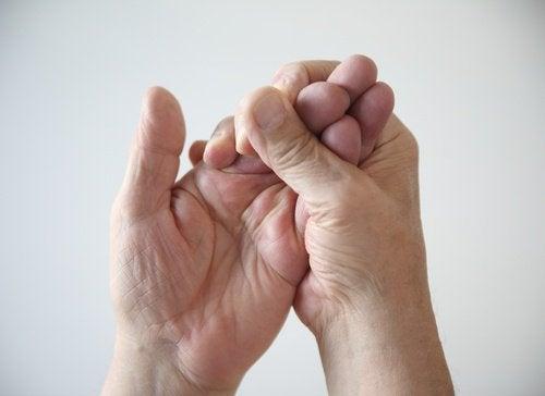 Wenn deine Hände nachts einschlafen, kannst du mit speziellen Übungen dem Karpaltunnelsyndrom vorbeugen.