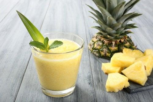 Ananas-Smoothie gegen einen Blähbauch