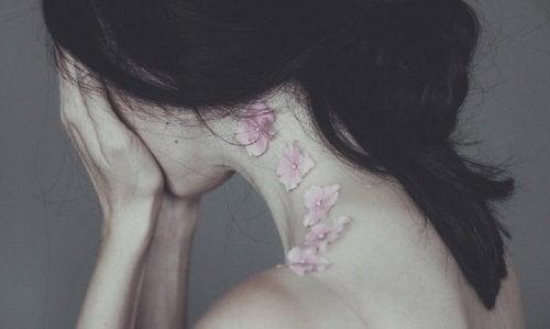 Leiden einer Frau die ihr Gesicht vesteckt
