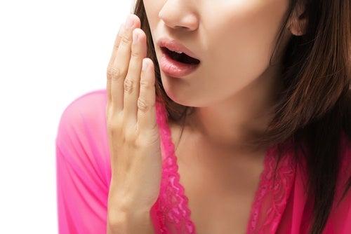 Mundgeruch kann ebenfalls eines der Symptome von Nierenerkrankungen sein