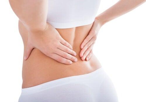 Schmerzen im unteren Rückenbereich ist eine der Symptome von Nierenerkrankungen