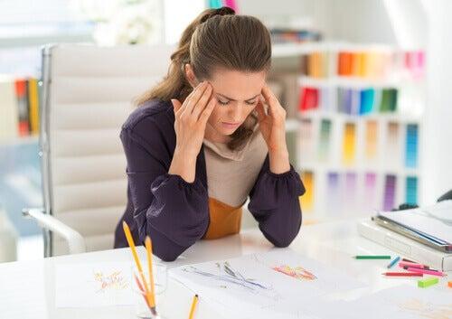 Frau konzentriert sich bei Arbeit