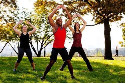 Übungen im Park für straffen Po
