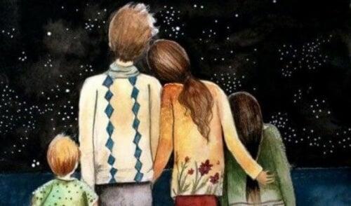 Familie ist gütig und betrachtet den Sternenhimmel