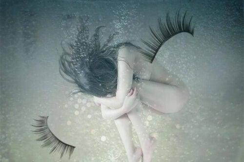 Frau fügt sich selbst Schaden zu und ist traurig