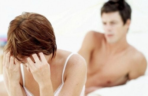 Frau leidet an Endometriose