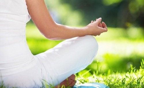 Frau praktiziert Yoga gegen Angstzustände