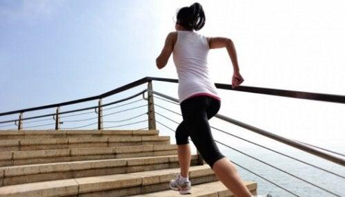 Knie schonen beim Treppen steigen