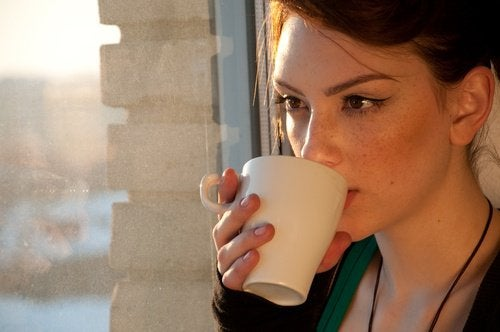 Frau trinkt Kaffee für viel Energie