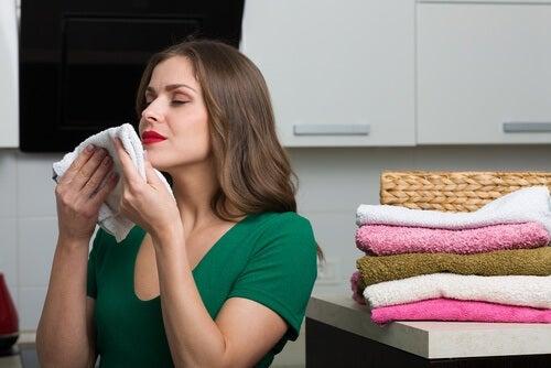 Frau verwendet Weichspüler für Wäsche