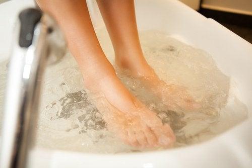 Fußbad für die Durchblutung und zur Entfernung von Schrunden
