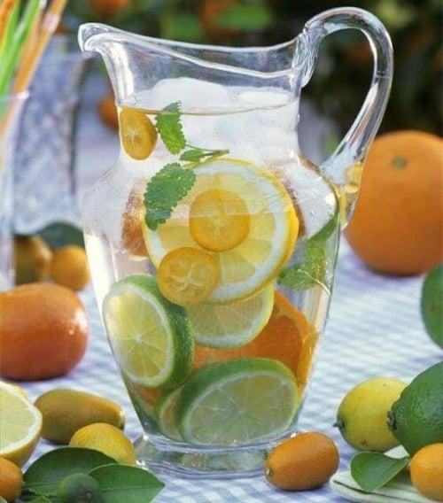 Zitronenwasser gegen morgendliche Entzugserscheinungne