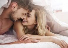 Pärchen umarmt sich im Bett Sex
