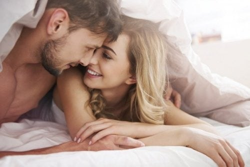 Pärchen umarmt sich im Bett