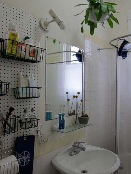 Spiegelkorb als Stauraum im Badezeimmer