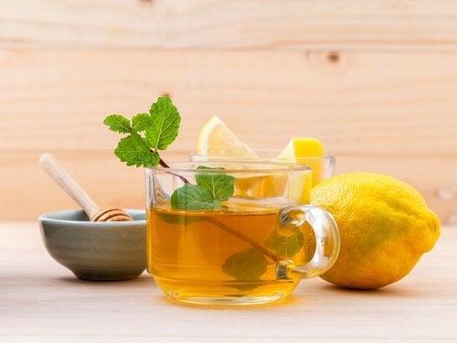 Tee mit Zitrone gegen Verdauungsprobleme