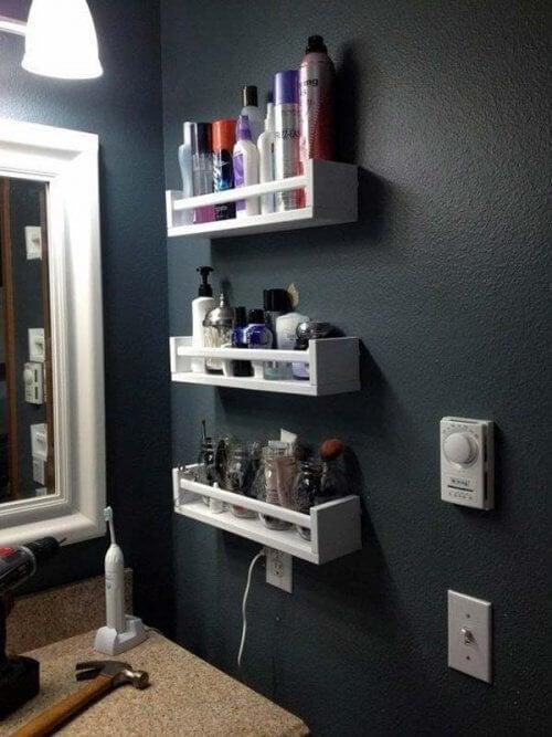 Wandbord als Stauraum im Badezimmer