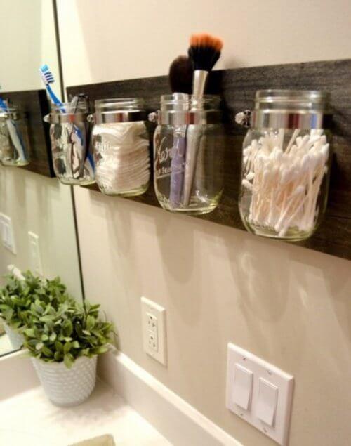 Wandgläser als Stauraum im Badezimmer