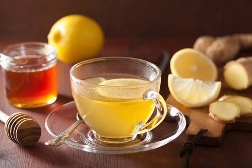 Tee mit Ingwer und Zitrone gegen verstopfte Nase